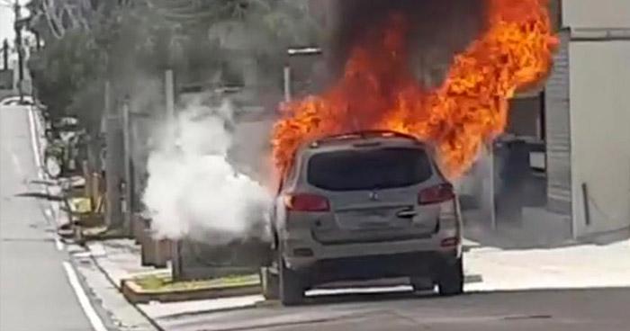 Vehículo se incendia en sector de la Zona Rosa, de San Salvador