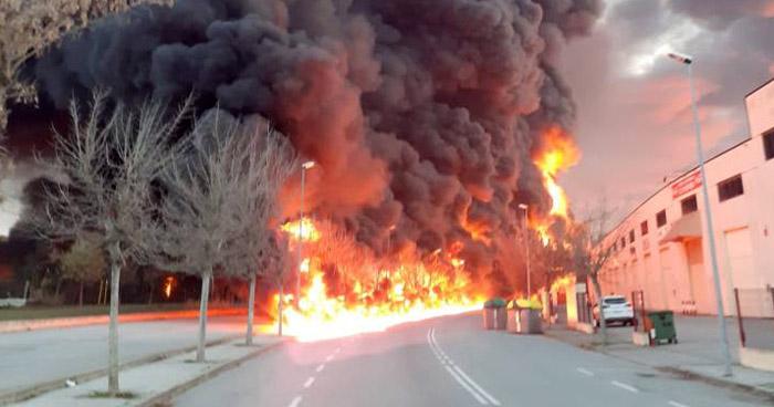 Incendio en una planta de Barcelona activa la alerta por riesgo químico