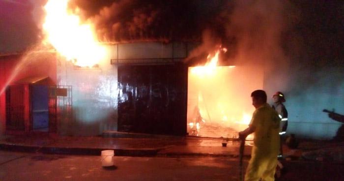 Dos quedamos en fuerte incendio en Barrio Modelo