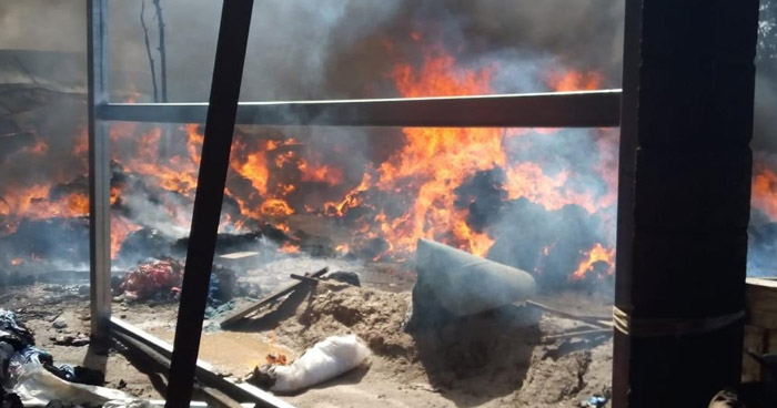 Más de 10 bomberos trabajaron para extinguir incendio en una recicladora