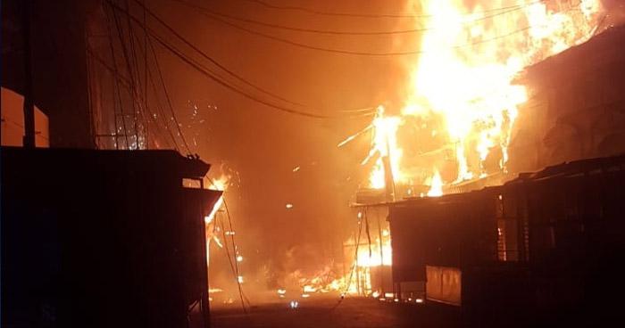Voraz incendio consume varios locales en el Centro de San Salvador