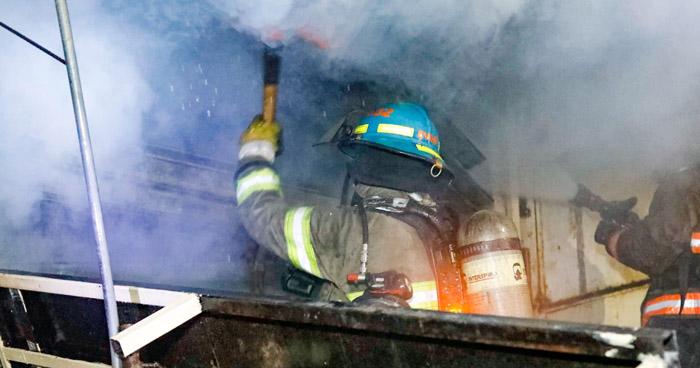 Incendio daña 5 puestos de venta en el Centro de San Salvador