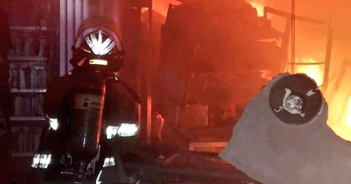 Bomberos sofocan incendio en librería de Soyapango