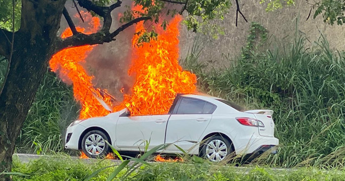 Vehículo se incendia sobre carretera de Oro, Soyapango
