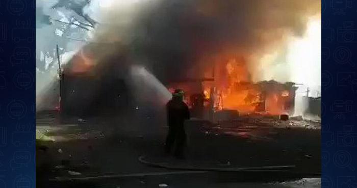 Voraz incendio consume 15 puestos de venta de pólvora en Plaza de Toros de Morazán