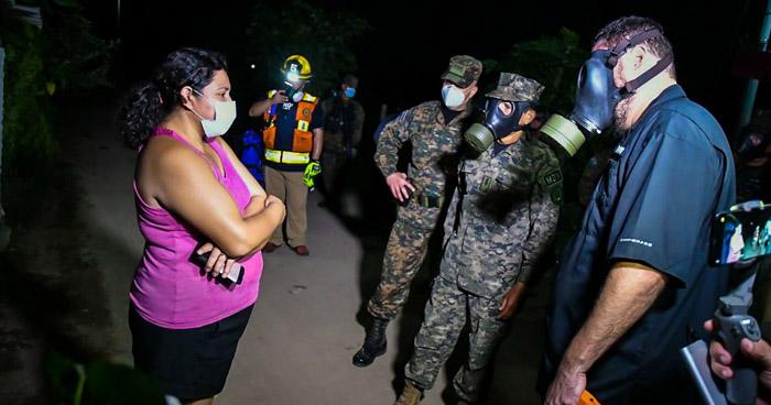 Cinco familias fueron evacuadas por incendio en ex fábrica de baterías en San Juan Opico