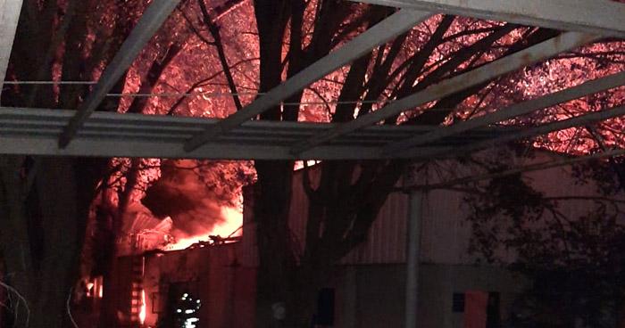 Bomberos trabajan en fuerte incendio en San Juan Opico