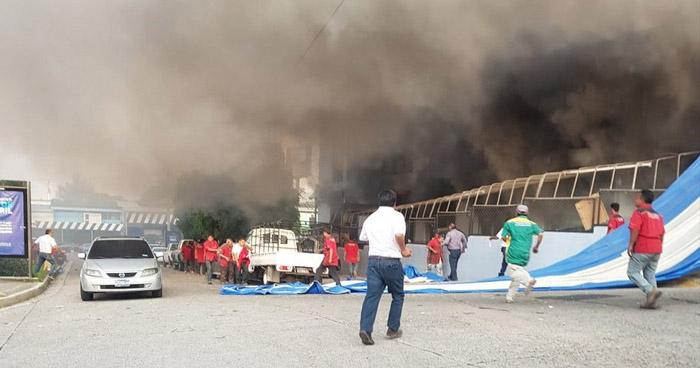 Fuerte incendio en taller automotriz sobre la 49 avenida norte, San Salvador