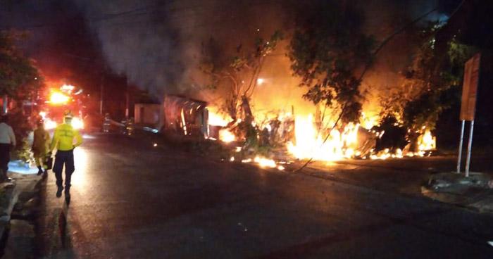 Incendio consume dos viviendas en Mejicanos