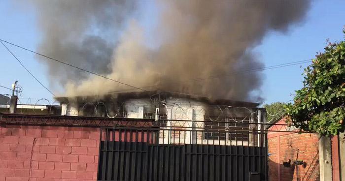 Fuerte incendio dañó una vivienda en colonia de Mejicanos