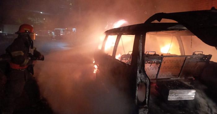 Anciano resulta con quemaduras tras incendio de un vehículo en Mejicanos