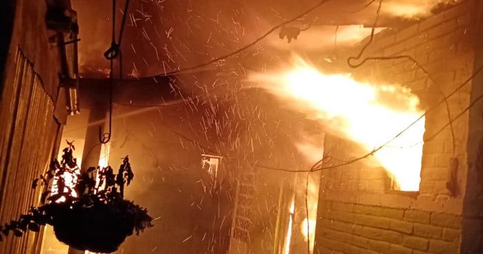 Voraz incendio consume parte de un mesón en Santa Tecla