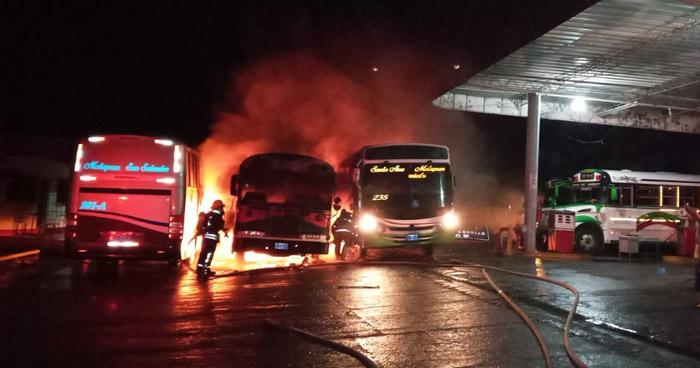 Sofocan incendio en autobuses en Metapán