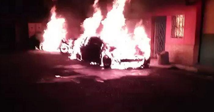 Dos carros y dos motocicletas presuntamente quemadas por mano criminal