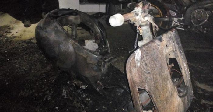 Incendio en un taller de motocicletas consumió una y amenazó con dañar equipo e infraestructura