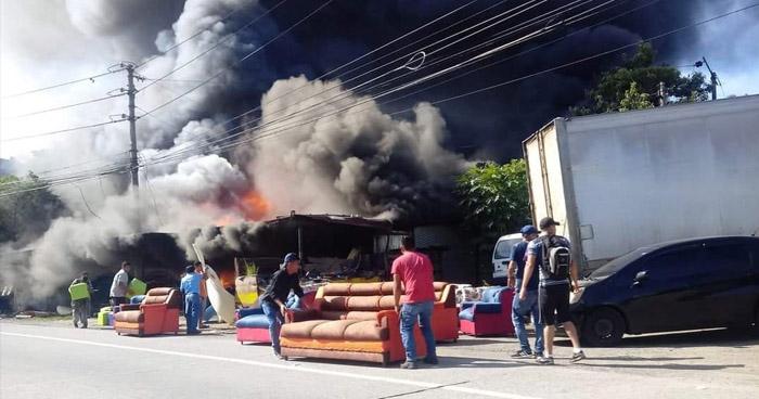 Voraz incendio consume bodega de muebles en carretera Troncal del Norte