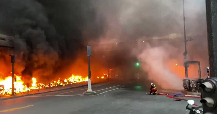 Evacuan incendio importante estación de tren por voraz incendio