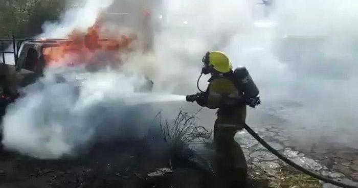 Incendio daña 6 vehículos en predio de Comasagua