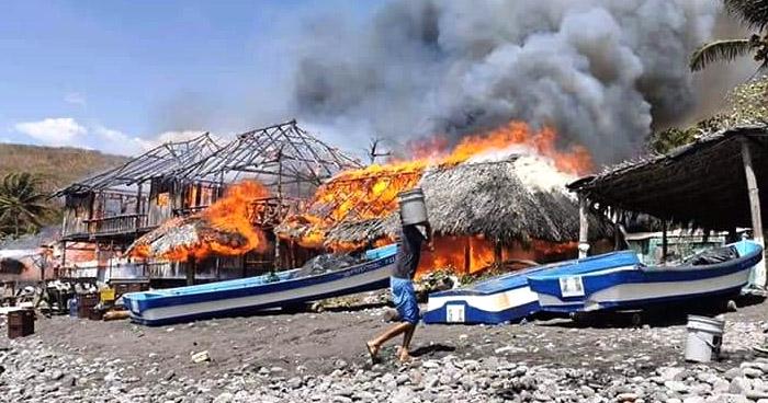 Incendio destruye ranchos y viviendas en playa de La Libertad