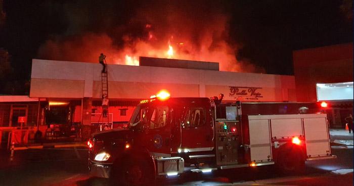 Fuerte incendio consumió restaurante en reconocido centro comercial de San Salvador