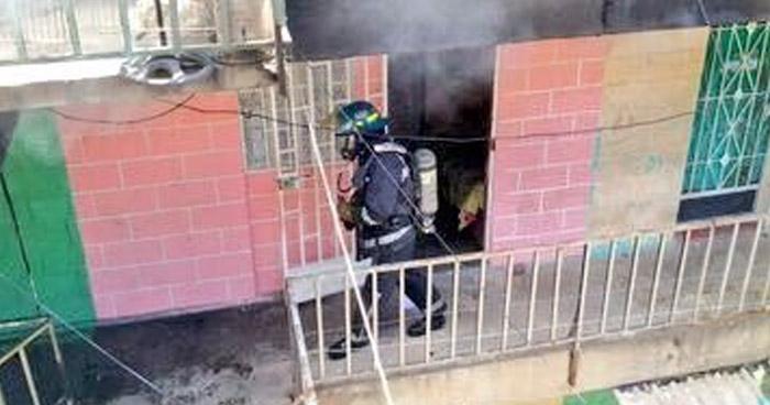 Tres personas con crisis nerviosa y varias mascotas afectadas dejó incendio en edificios Saavedra