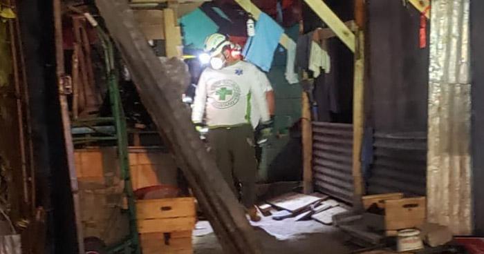 Rescatan a hombre atrapado en vivienda incendiada en San Marcos