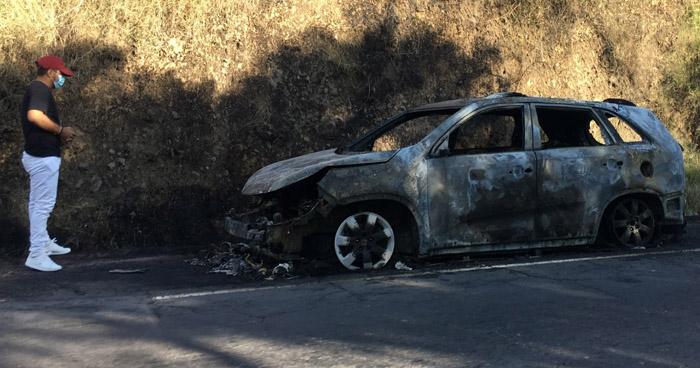 Extinguen incendio en vehículo en carretera a San Miguel
