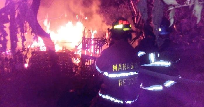 Incendio afecta al menos 15 champas de una comunidad en Santa Tecla