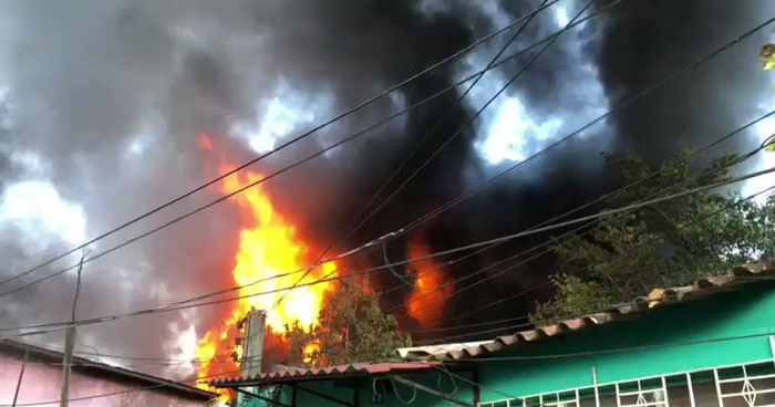 Fuerte incendio en una maquila amenaza a viviendas aledañas de Santa Tecla