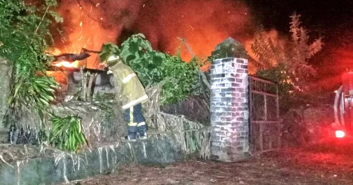 Sofocan fuerte incendio en vivienda en Santa Ana