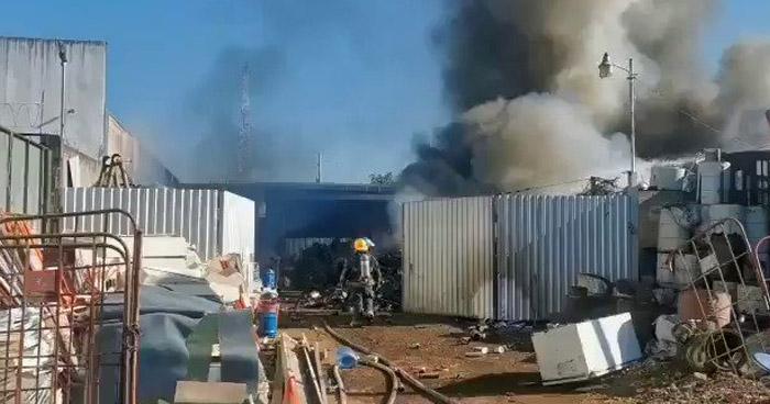 Cuatro quemados tras incendio en chatarrera sobre carretera a Sonsonate