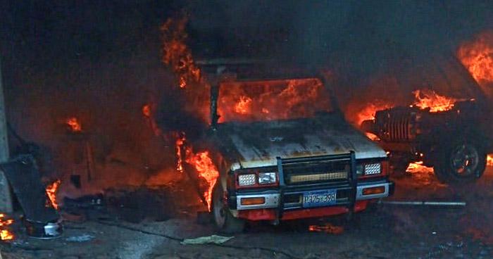 Al menos 4 vehículos dañados tras incendio en taller