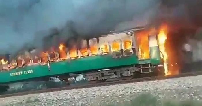 Más de 70 muertos tras incendio en un tren en Pakistán