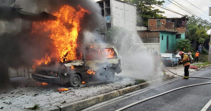 Bomberos extinguen incendio en vehículo sobre el Bulevar Venezuela