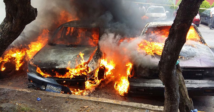 Tres vehículos se queman por completo en Ciudad Merliot
