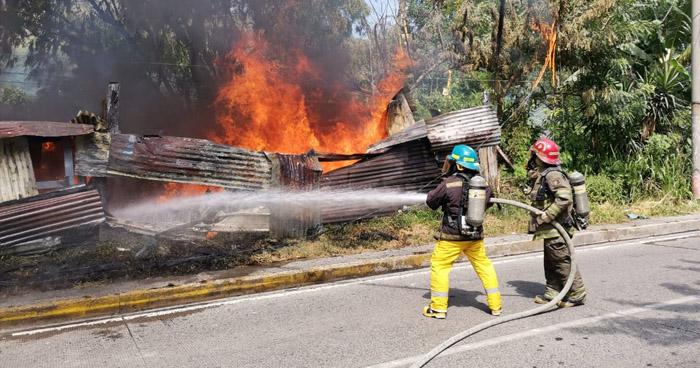 Bomberos extinguen incendio en vivienda sobre carretera Comalapa