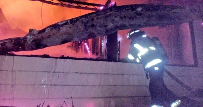 Chispas en guía navideña provocaron incendio en vivienda de San Salvador