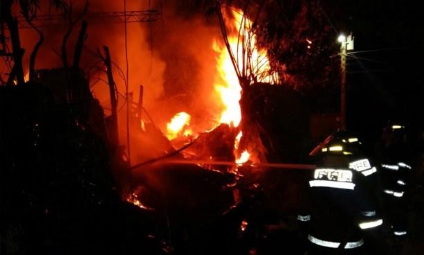 Bomberos sofocaron al menos 8 incendios en la noche y madrugada de Fiesta Navideña