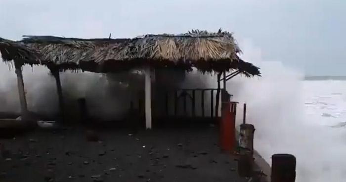 Incremento de oleaje daña ranchos de la Playa Conchalío, La Libertad