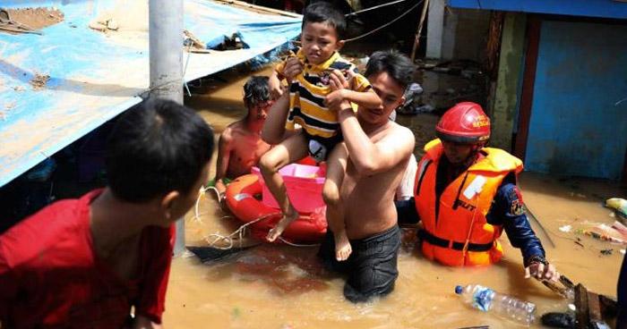 Al menos 23 muertos dejan inundaciones en la capital de Indonesia