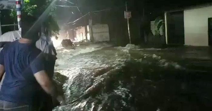 Calles y viviendas inundadas por lluvia de anoche en San Miguel
