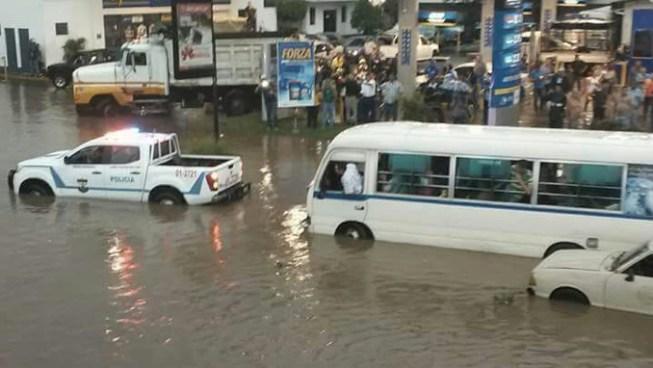 Inundaciones en San Salvador, Santa Tecla, Soyapango y mas tras las fuertes lluvias
