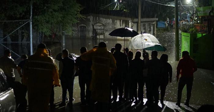 Inundaciones, caída de árboles y evacuaciones por fuerte lluvia de anoche