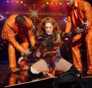 Jennifer López queda sin poder moverse en el escenario