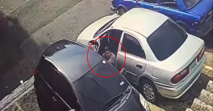 Captan a ladrón abriendo autos en residencial de San Salvador