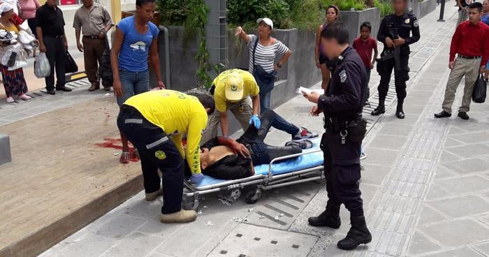 Joven lesionado, tras ser atacado a balazos por delincuentes, en el centro de San Salvador