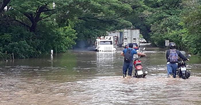 Registran 12 viviendas inundadas tras primeras lluvias en El Salvador