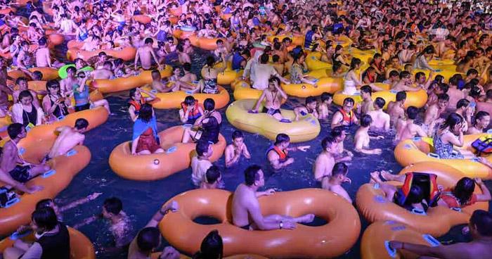 Polémica por macrofiesta tecno en parque acuático de Wuhan, China