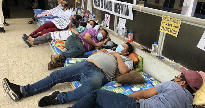 Manifestantes en huelga de hambre eran empleados de la fracción del FMLN y sus contratos que vencieron en abril de 2021