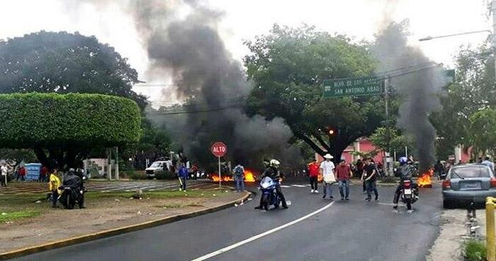 Trabajadores y estudiantes protestan frente a la UES en contra de la privatización del agua